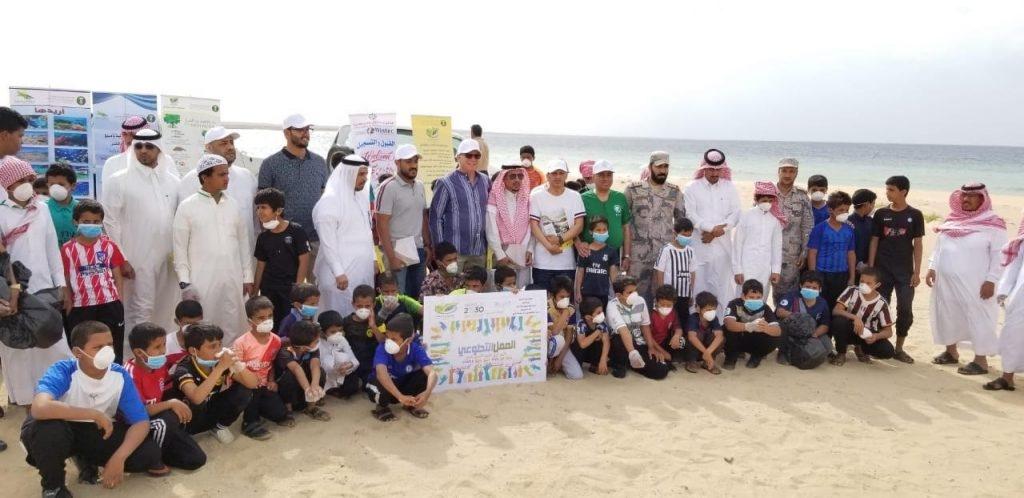 200 طالبا في مدراس أملج ينظفون شاطئ الحسي