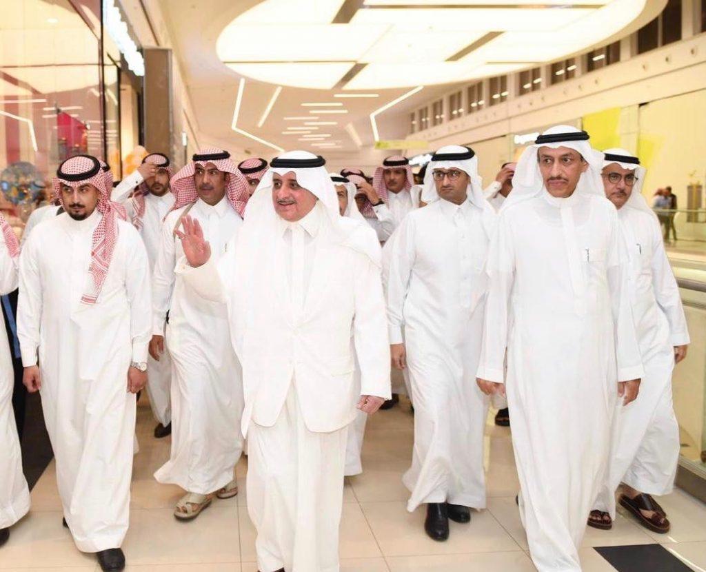 الأمير فهد بن سلطان يتجول في أسواق تبوك ويتبادل الأحاديث مع المواطنين