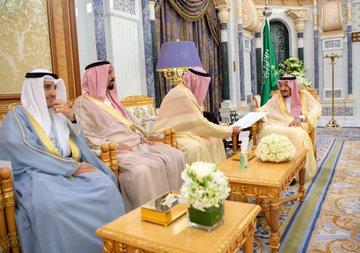 خادم الحرمين الشريفين يتسلم رسالة من أمير دولة الكويت