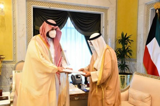 الأمير تركي بن محمد يسلم رسالة من ولي العهد إلى الشيخ مشعل الصباح