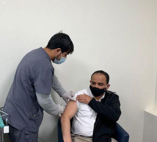 إطلاق مركز لقاحات كورونا بتبوك وإعطاء أول جرعة من اللقاح
