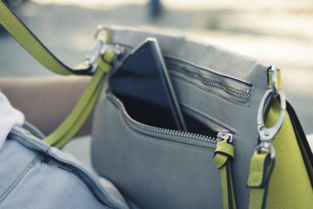 Smartphone en un bolso de mujer