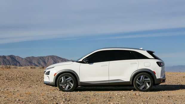 Hyundai Nexo: El SUV surcoreano es el único de los aspirantes con mecánica de hidrógeno. El todoterreno de cero emisiones contaminantes es más eficiente y aerodinámico que su predecesor y promete una autonomía de 666 kilómetros, necesitando únicamente cinco minutos para repostar su depósito. Su propulsor entrega 163 CV y su velocidad máxima se fija en 179 km/h.