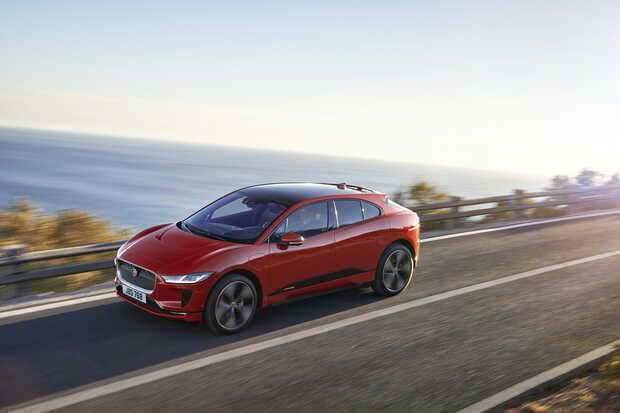 Jaguar i-Pace: El segundo todoterreno eléctrico en la lista dispone de dos motores eléctricos asociados a cada uno de sus ejes que, en total, rinden 400 CV y 696 Nm. Necesita sólo 4,8 segundos para llegar a los 100 km/h desde parado y su velocidad máxima se sitúa en 200 km/h. Se desenvuelve a la perfección tanto sobre el asfalto como fuera de él y dispone de un habitáculo donde manda el lujo y la tecnología. Su autonomía está homologada en 480 kilómetros.