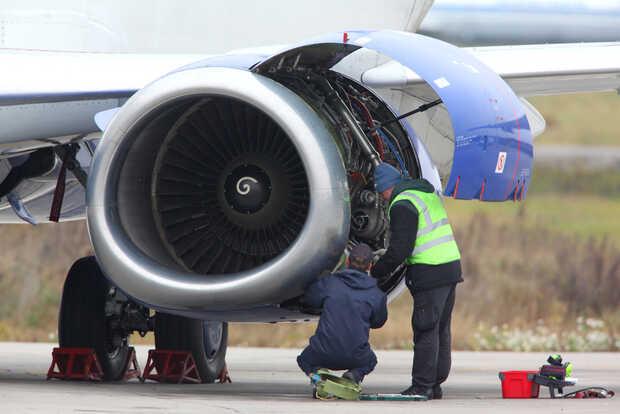 Mecánicos avión