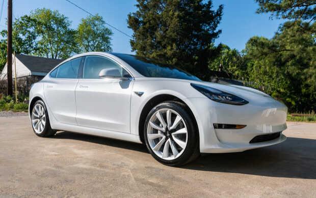 Tesla Model 3 Tesla cumplió con su promesa y regaló un Model 3 a dos hackers que lograron vulnerarlo