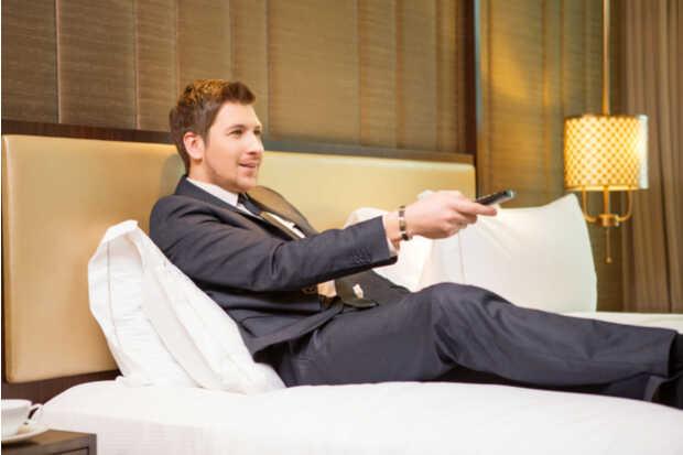 Hombre en habitación de hotel