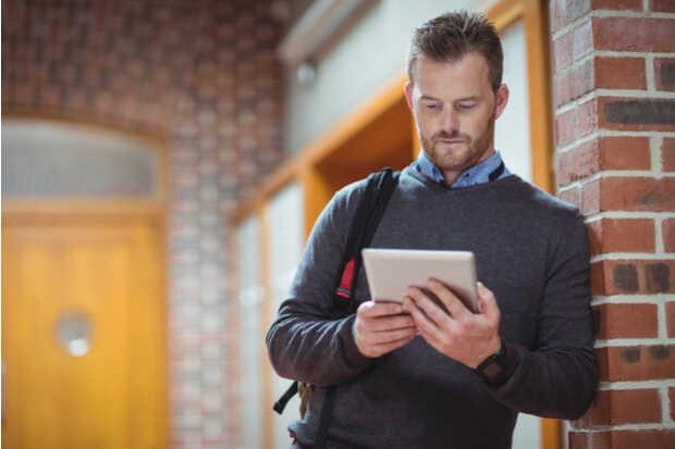Hombre con iPad