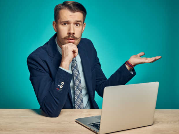 Hombre confundido computadora Actualización macOS 10.14.4 causa problemas al iniciar sesión en cuentas de Google