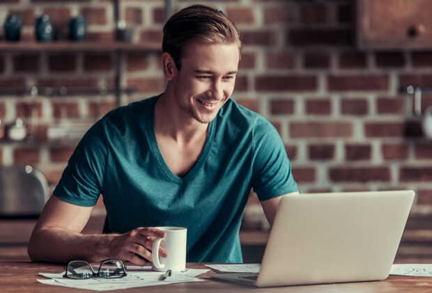 Hombre trabajando en portátil