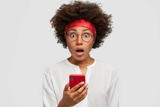 Email y SMS son dos clásicos que no defraudan en el marketing Mujer asombrada con smartphone