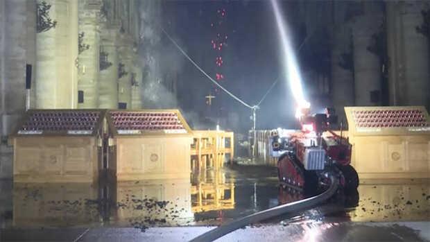 El héroe que salvó Notre Damees un robot bombero