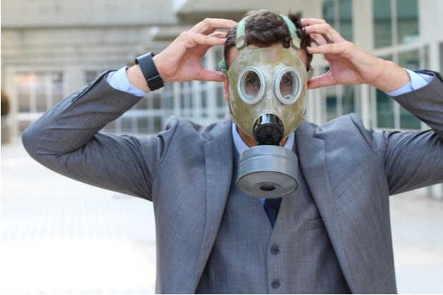 Hombre ejecutivo con máscara de oxígeno Importancia del aire limpio en las oficinas