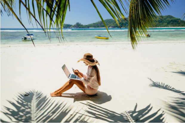 playa mujer computadora Trampas para turistas: phishers y spammers se esconden detrás de miles de ofertas falsas