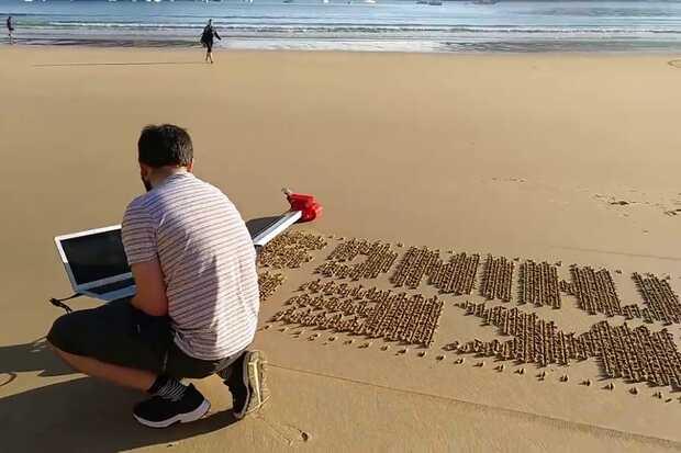 """Ivan Miranda, es un youtuber español que se dedica a hacer inventos locos con robots e impresiones 3D (entre otras cosas) y que mostró su desarrollo de """"robot-impresora"""" que deja una huella muy particular y elaborada en las playas. El desarrollo de Miranda es un robot autónomo que puede escribir mensajes en la arena."""