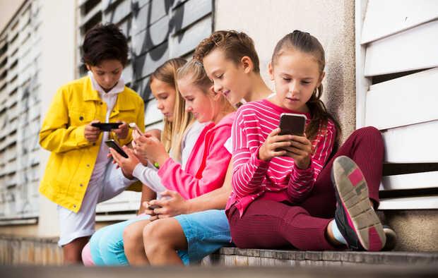 Elige el mejor primer teléfono móvil para un niño