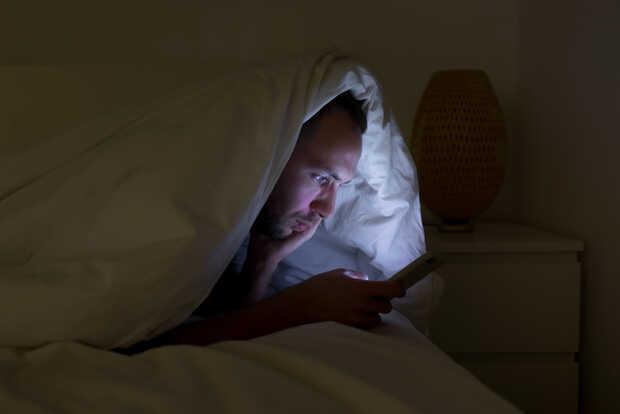 """El """"dark mode"""" no es una idea tan brillante a la hora de dormir"""