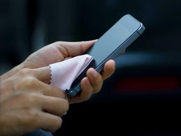 Jamás limpies la pantalla de tu móvil con...