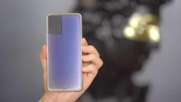 Vivo compartió un video en Weibo que muestra un prototipo de teléfono inteligente con una cubierta trasera que cambia de color