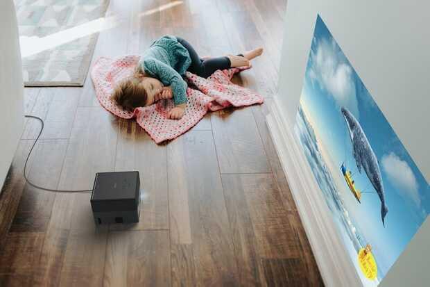 Potente proyector láser portátil de Epson funciona en cualquier lugar de la casa
