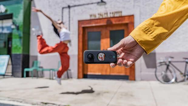 Diminuta cámara de bolsillo dos en uno Insta360 ONE X2 graba video en 360º