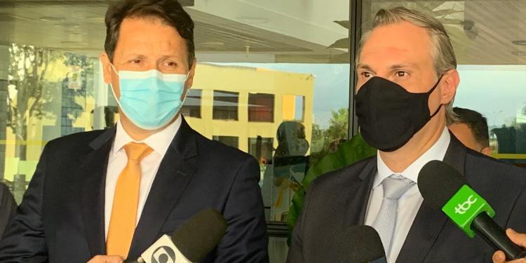 Secretários de Governo e Saúde, Andrey Azeredo e Durval Pedroso, durante apresentação de novo decreto municipal