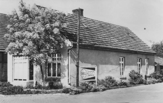 -30- Die Werkstatt gehörte dem Tischlermeister Paul Willenborg, welcher 1926 verstarb. 1928 wurde die Werkstatt in ein Wohnhaus umgebaut, das dann von Alois Albermann bezogen wurde. Eine Gärtnerei mit Ladengeschäft wurde eröffnet. Nach dem Tode übernahm der Sohn Josef das Geschäft, später mit dem Bruder Reinhold zusammen.