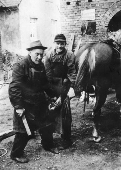 -5- Hufbeschlagschmiede von Caspar Arkenau, hier mit Sohn Hubert. Aufnahme 1954