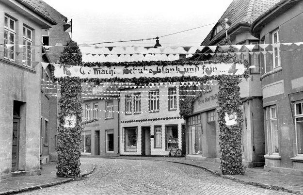 """-135- Gesellenbundesfest Juni 1952, Blick in die Lange Straße, rechts """"Horns Pietze"""", Bahlmann, Ippi, Hönemann"""