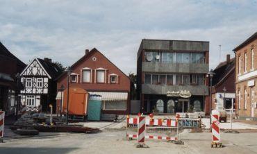 -206- Der Flachdachbau, der heute eine Daddelbude beherbergt steht an der Stelle des ehemaligen Hauses von Pöttken Willi, daneben das Haus von Lehrer Schmitz, daneben Wohnhaus von Ipi