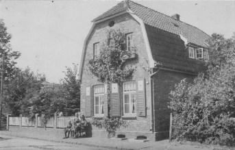 -38- Haus Bunse, Aufnahme 1914. Herr Beimohr war der letzte Postkutscher bis zum. Jahre1904. Die Postlinie führte 1861 von Lohne nach Dinklage, ab 1863 weiter nach Quakenbrück. 1914 kaufte Herr Beimohr von dem gegenüberliegenden Besitzer (Seeger, genannt Siemers Sophie) das Stück Land,