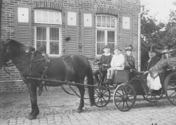 -39- und erbaute hier das Wohnhaus. 1918/19 konnten Sie dann weiteres Land kaufen, welches neben dem Haus liegt (Garten) Die Tochter von Beinohr heiratete den Herrn Bunse aus Oldenburg, welcher Busfahrer bei der Möbelfabrik Schulte war. Aufnahme 1922