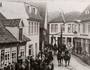 -137- rechts noch Haus Bahlmann, anschließend Haus Schlachterei Hönemann, später Ipi und City Grill