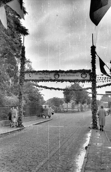 -46- Kolpingtag 1952, hinter den Büchen links das Rathaus, Blickrichtung Sanderstraße Mittelschule