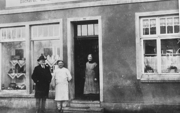 -73- Aufnahme vor dem Haus Meyer, später Konerding, mit der Familie Meyer . Aufnahme ca. 1899. Die eheleute Meyer betrieben hier ein Kolonialwaren- und Bäckereigeschäft. Spezialität war das Schwarzbrot,