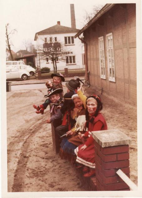 -89- Über die Köpfe der abenteuerlustigen Kinderschar hinweg erkennt man das Verwaltungsgebäude der Firma Van der Wal
