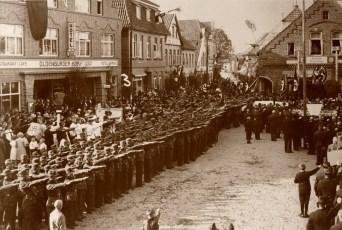 """-99- Der Marktplatz diente natürlich auch als Aufmarschplatz. Hier eine Kundgebung der """"Deutschen Arbeitsfront"""""""