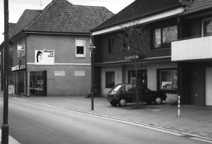 -65- Bis vor Kurzem befand sich an der Stelle des Hauses Thölke das Fotogeschäft Hölzen, heute Fahrschule.