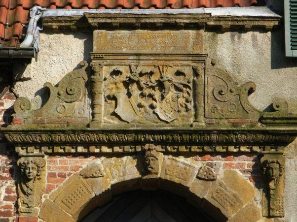 -30- Das Burgportal mit dem Sandsteinbogen und den Wappenschildern