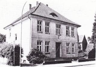 -36- Erstes Haus auf der Südseite der Bahnhofstraße. Haus Julius Mäckel kurz vor dem Abriss im Jahr 1985. Wohn- und Bürohaus von Mitbegründer und erstem Geschäftsführer der LBAG Dinklage.