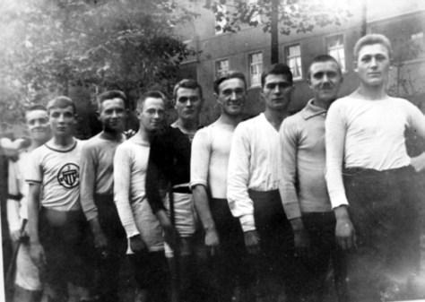"""A09-Schlagball-Mannschaft 1920 mit Willy """"Fischken"""" Multhaupt (2.v.l), der später als Fußball-Trainer von Borussia Dortmund berühmt wurde."""