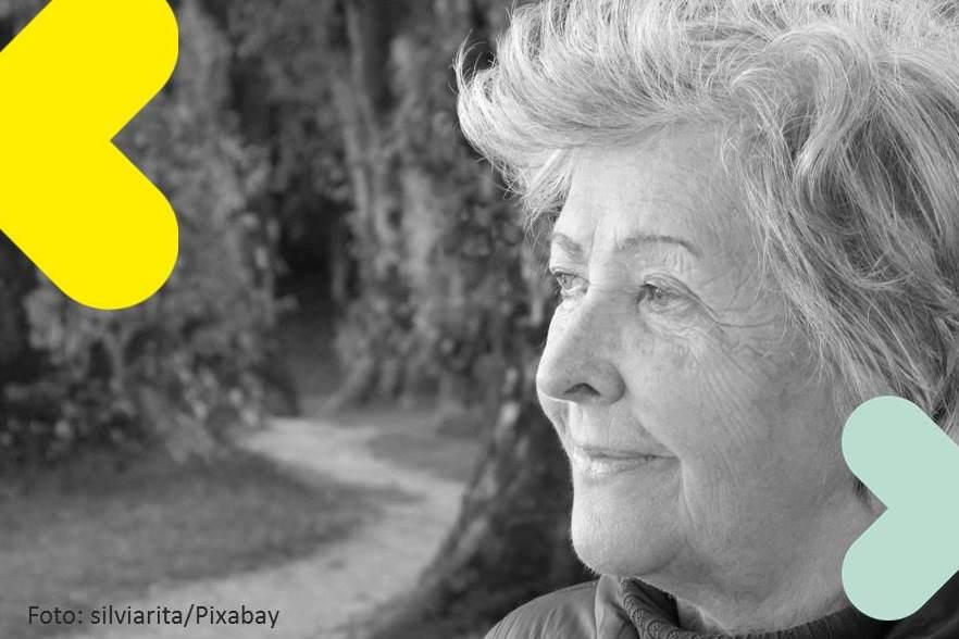 Titelbild des Beitrags. Eine Seniorin im Seitenprofil, sie blickt nach rechts. Das Bild ist schwarz-weiß und in den Ecken befinden sich Bestandteile des Pflegewegweier Logos. Herzähnliche Pfeile in Grün und Gelb.