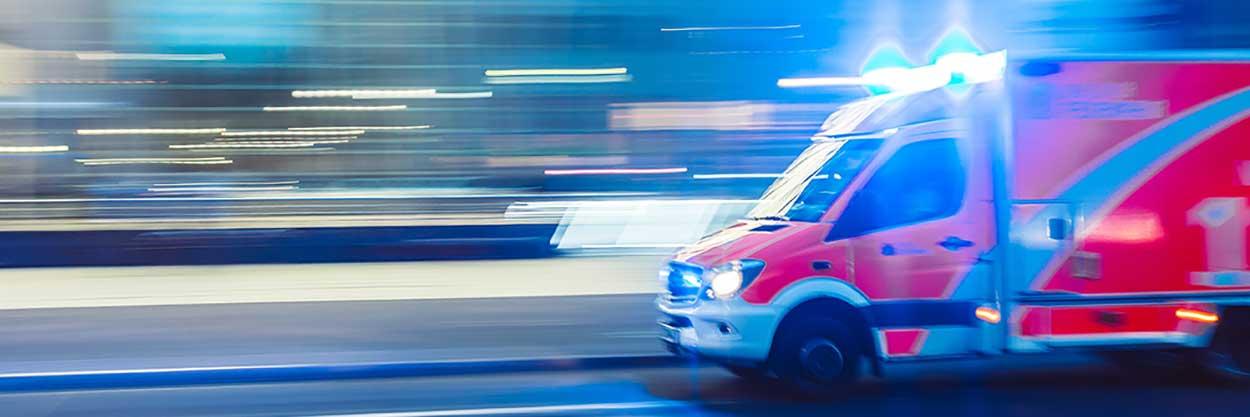 Ein Rettungswagen fährt mit Blaulicht.