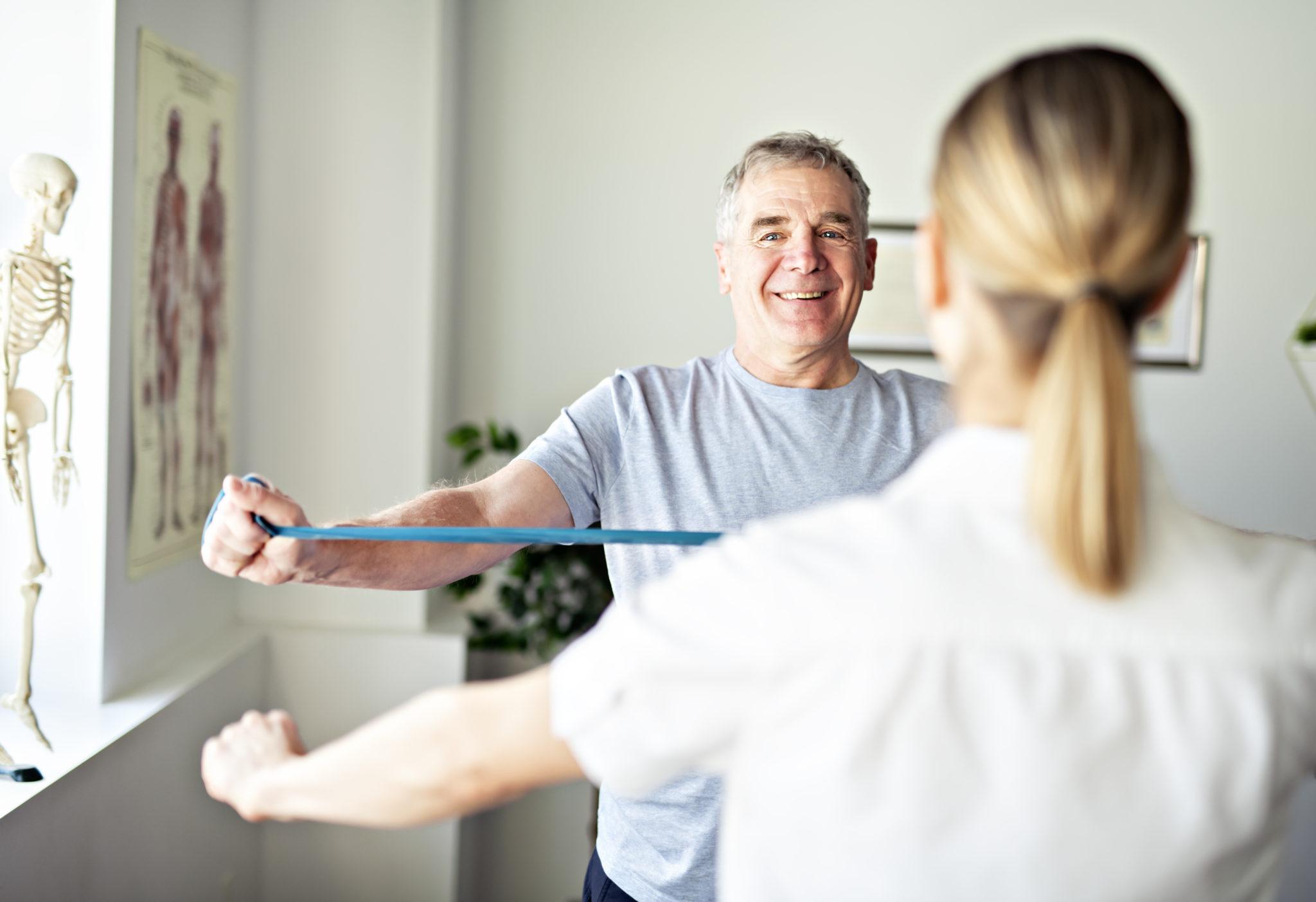 Ein Mann, der mit einem Gymnastikband arbeitet.