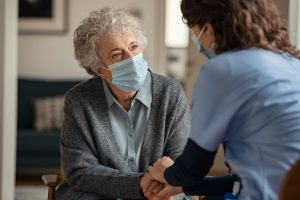 Eine Seniorin wird in einer Pflegeeinrichtung besucht.