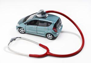 Ein Stetoskop ist auf ein Spielzeugauto gerichtet.