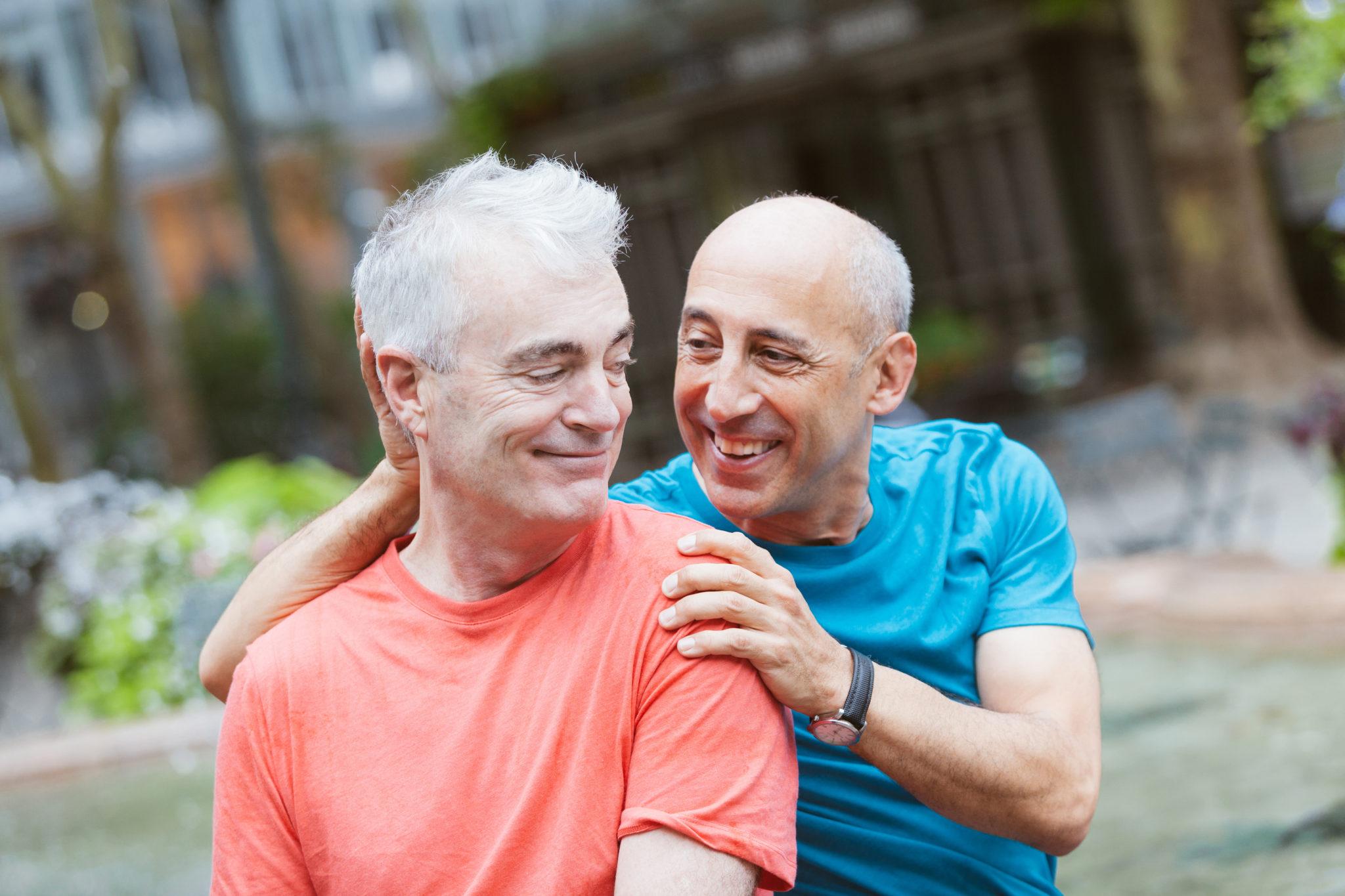 Ein schwules Paar gemeinsam im Park.