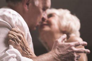 Mann und Frau in zärtlicher Berührung