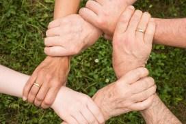 Hände zeigen Zusammenhalt
