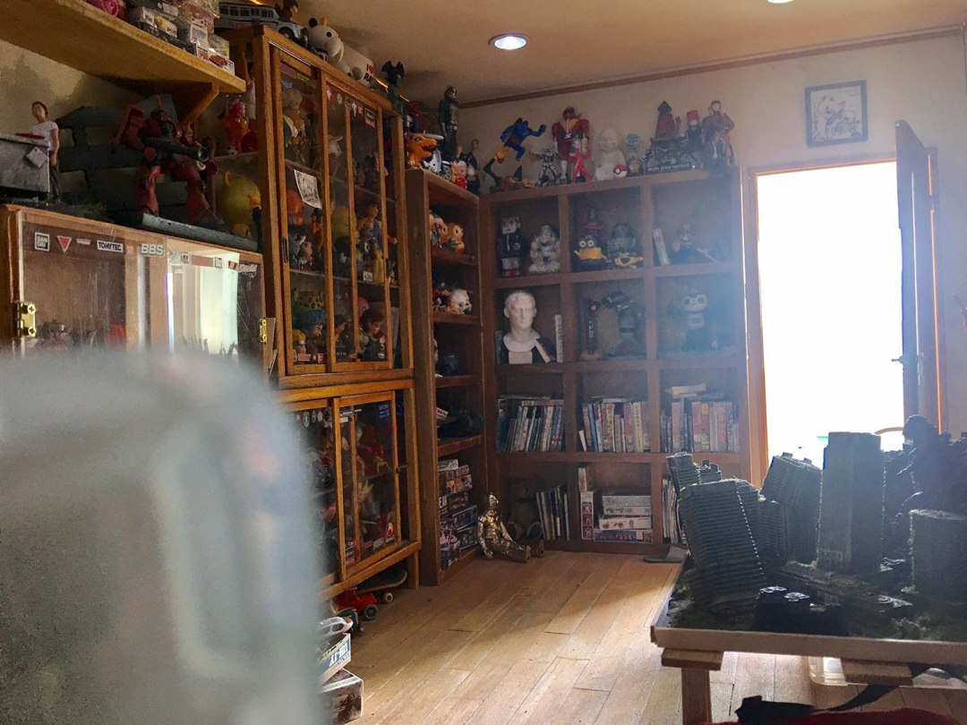 ARTIST MAKES MINIATURE MODEL OF HIS ROOM 17
